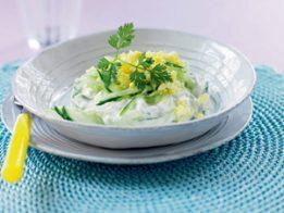 krastavica iaica izvara 261x196 - Салата от краставици с яйца и извара