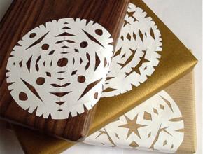 1snejinki 290x220 - 10 интересни идеи за опаковане на коледни подаръците