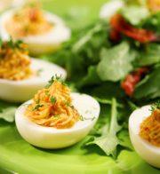 Пълнени яйца с крема сирене и сьомга