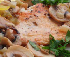 Пиле с винено-гъбен сос