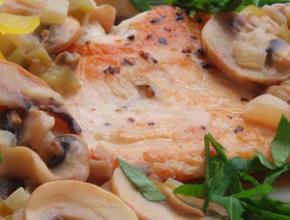 pile sos gabi 290x220 - Пиле с винено-гъбен сос