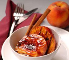 Печени праскови с ягодов сос
