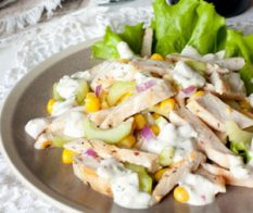 Пилешка салата с краставици и царевица