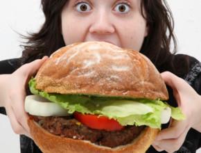woman eating giant burger 290x220 - Празници. Не, не са повод за преяждане..