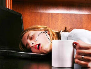 sleep at work 290x220 - Как да се възстановим след нощен труд